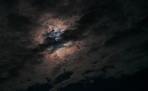 雲越しの金冠日食.jpg